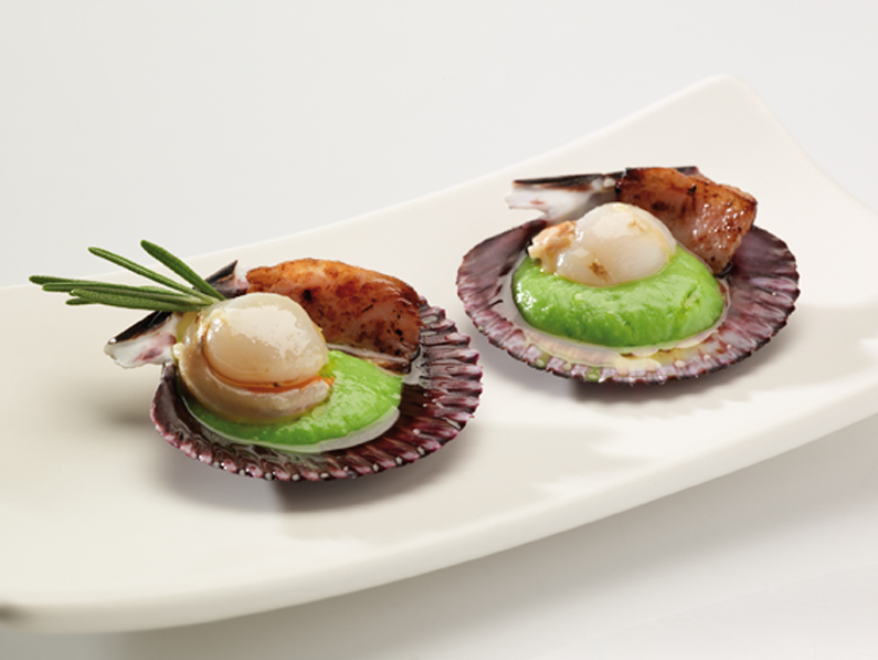 QUEEN SCALLOPS WITH CREAM OF PEAS AND CRUNCHY IBERIAN BACON