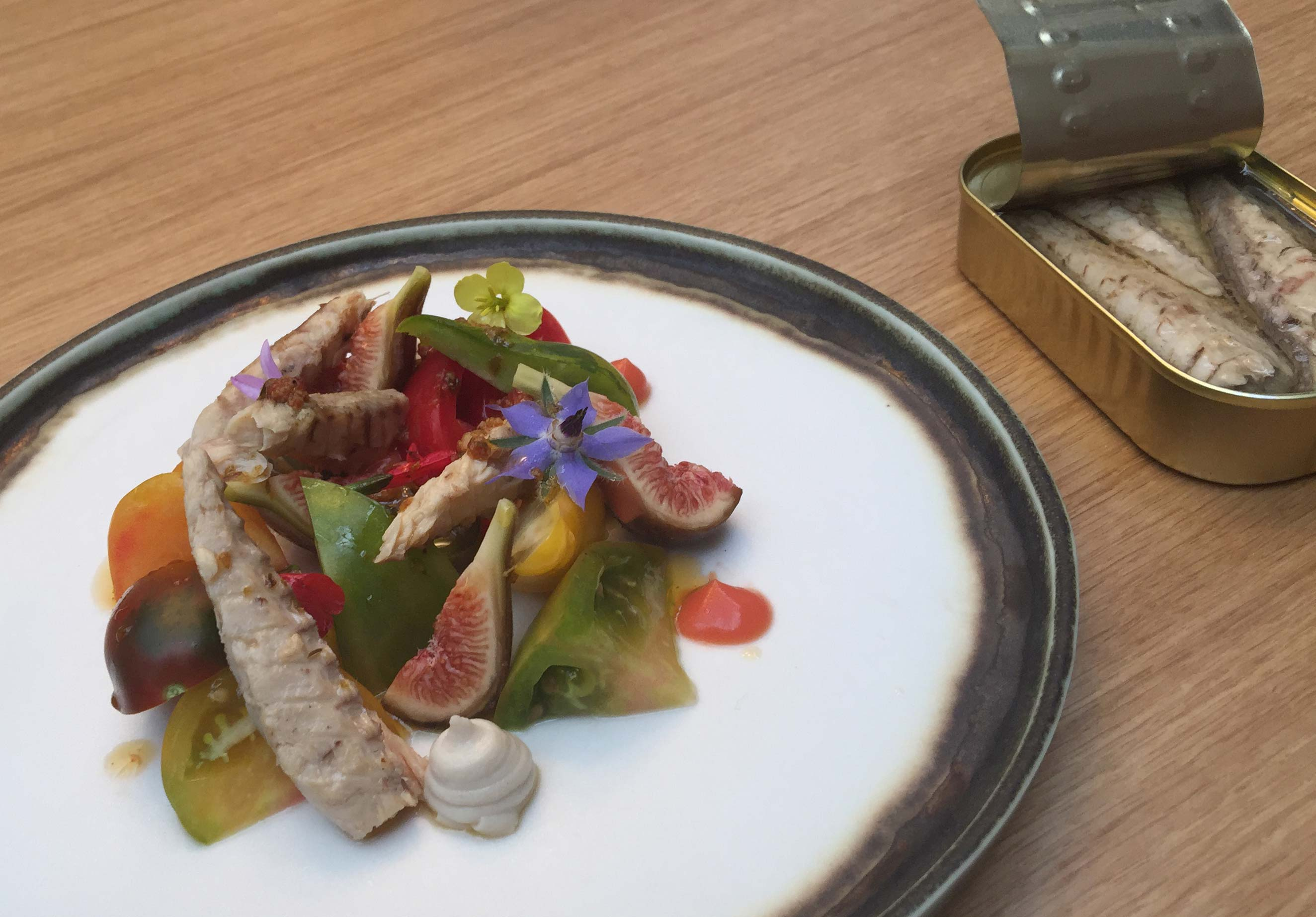 Mackerel salad with figs and tomatoes