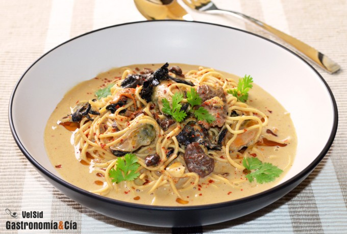 Noodles with mushrooms and canned mussels