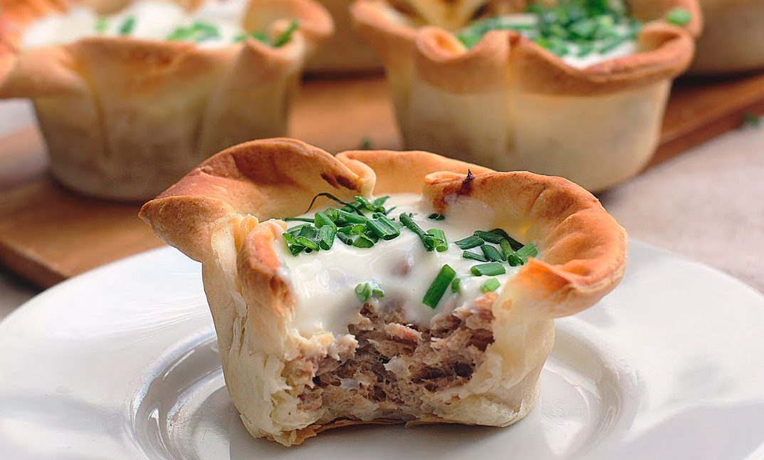 Tuna and cream cheese in puff pastry disks